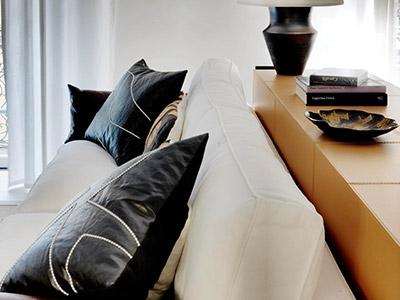 Sofa mit gestickten Lederkissen